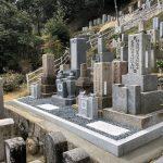 京都府南山城村の勝楽寺様にて愛媛県産の大島石のお墓が完成しました。代々墓・霊標の施工、古い石碑の整理やまとめ工事、新しい花立てや延石施工をしました。