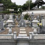 奈良県宇陀市の蓮昇寺様でお墓(福島県産滝根石)工事、古いお墓の彫刻文字の色入れ直し、ステンレス製の塔婆立て、外柵(巻石)の修理工事をしました