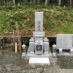 名張市長瀬の墓地にて、ステンレスパイプと免震ゴム施工による地震に強いお墓の工事をしました。和型芝台付き、茨城県産真壁石