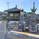 茨城県産真壁石で新たな代々墓と霊標を建てました。古い五輪塔や夫婦墓の移設、墓地の雑草対策作業。伊賀市阿保の上川原墓地にて