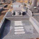 伊賀市阿保の墓地で新たなお墓の工事をしました。洋型デザイン墓石・ユニバーサルデザインの外柵で、どなたでもお参りしやすいお墓づくりをしました。