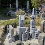 名張市の下三谷墓地で古いお墓を整理して、新たな宝篋印塔を建てました。ステンレス心棒、免震ゴム施工で地震や自然災害にも強いお墓づくりをします。(福島県産滝根石)