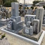 伊賀市のお寺の墓地で代々墓を建立しました。古い石碑をひとまとめにして、お墓参りしやすいお墓づくりをしました。
