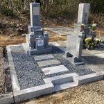 伊賀市島ヶ原の墓地でお墓の建立をしました。神戸型の9寸の芝台付きの代々墓と霊標を新たに建立し、元々あった外柵などの石はクリーニングをおこないました。