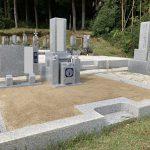 伊賀市下神戸の墓地でお墓の工事をしました。8寸神戸型の代々墓と霊標を建て、古い石碑は処分してお参りしやすいお墓になりました。